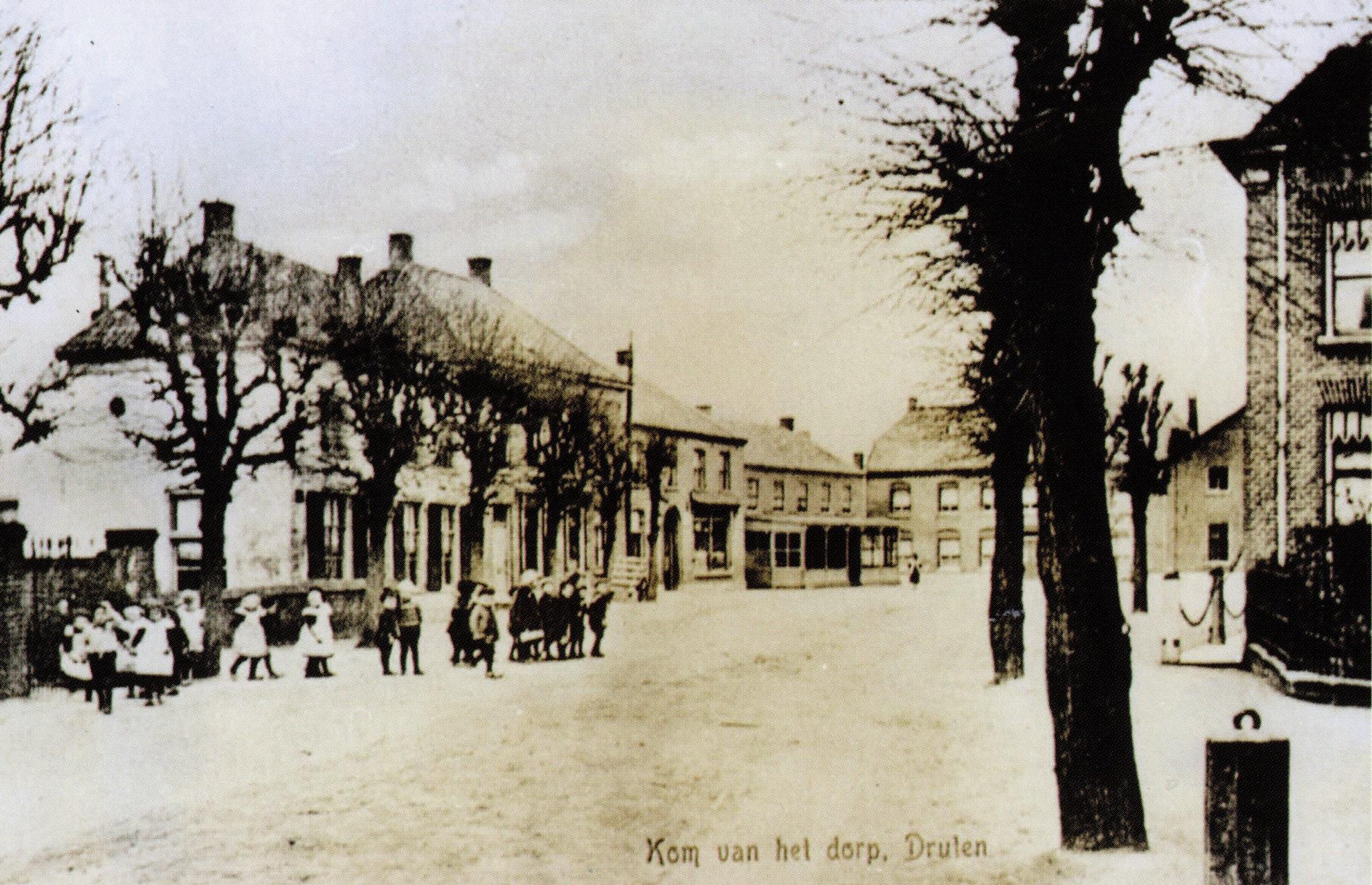 Dorpshart met op links het huidige Bloemen bij Marieke.